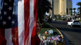 Un mémorial pour les victimes de la fusillade près de l'hôtel Mandalay Bay à Las Vegas.