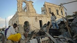 """موقع عملية انتحارية بواسطة سيارة مفخخة استهدفت فندق """"دوربين"""" في مقديشو في 24 شباط/فبراير 2018"""