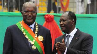 Le président ivoirien Alassane Ouattara (à dr.) lors de l'investiture de son homologue burkinabè Roch Marc Christian Kaboré, le 29 décembre, à Ouagadougou.