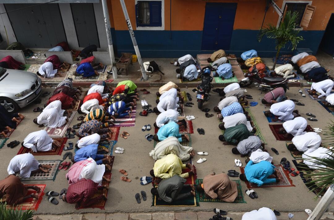 Un grupo de musulmanes reza el 23 de mayo de 2020 en el distrito de Treichville de Abidjan para celebrar Eid el-Fitr, la fiesta que marca el final del mes de ayuno del Ramadán.