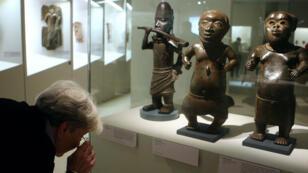 Des visiteurs à une exposition consacrée au patrimoine du Bénin au musée du quai Branly, en 2010.