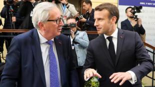 El presidente francés, Emmanuel Macron, y el presidente de la Comisión Europea, Jean Claude Juncker, hablan durante la reunión informal de líderes de la Unión Europea en Sibiu, Rumania, el 9 de mayo de 2019.