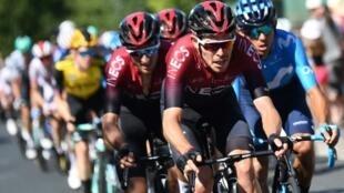 Le Britannique Luke Rowe mène le peloton du Tour de France lors de la 10e étape entre Saint-Flour et Albi, le 15 juillet 2019