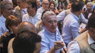 El ex presidente colombiano (2002-2010) y el actual senador Álvaro Uribe (C) saludan a los simpatizantes durante un mitin con candidatos presidenciales de su coalición política en Medellín, Colombia, el 20 de noviembre de 2017.