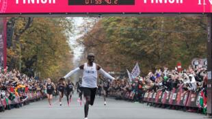 El atleta keniano Eliud Kipchoge cruza la línea de meta en la carrera patrocinada en que bajó de la barrera de las dos horas en la maratón, el 12 de octubre de 2019 en Viena