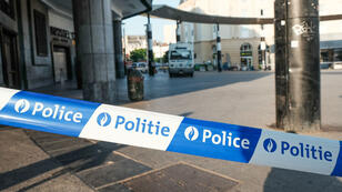 Un cordon de police installé devant la gare centrale de Bruxelles. Un homme a fait exploser son bagage, mardi 20 juin 2017, avant d'être abattu par des militaires.