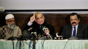 El primer ministro de Punjab Shehbaz Sharif habla durante una conferencia de prensa acompañada por Amin Ansari, cuya hija, Zainab Ansari, fue asesinada y la Ministra de Leyes, Rana Sanaullah, en una conferencia de prensa en Lahore.