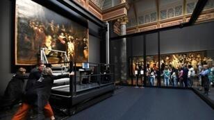 """بدء عملية ترميم لوحة """"دورية الليل"""" لرامبرانت بمتحف ريكسميوزيوم بأمستردام 8 يوليو/تموز 2019"""