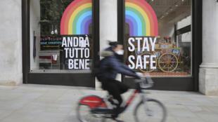 شابة على دراجة هوائية في وسط لندن في 13 أيار/مايو 2020