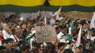 Un grupo de asistentes a la protesta organizada en Santa Cruz, Bolivia, el 4 de octubre de 2019 en rechazo a las medidas del presidente Evo Morales ante los incendios forestales.