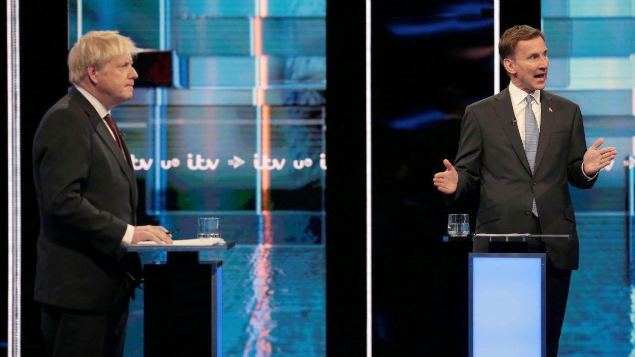 Boris Johnson y Jeremy Hunt, candidatos a líder del Partido Conservador y primer ministro de Reino Unido, se enfrentan en el primer debate televisivo entre ambos, el 9 de julio de 2019.