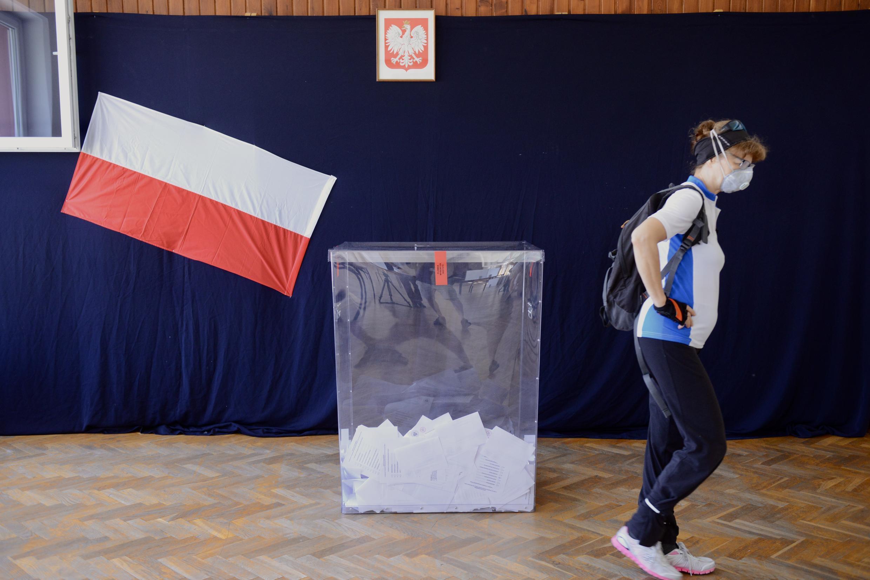 Una mujer sale de un colegio electoral de Cracovia el 28 de junio de 2020.