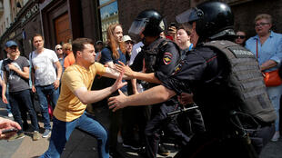 Los agentes de la ley detienen a un participante de un mitin que pide que los candidatos de la oposición se registren para las elecciones a la Duma de la ciudad de Moscú, el parlamento regional de la capital, en Moscú, Rusia , el 27 de julio de 2019.