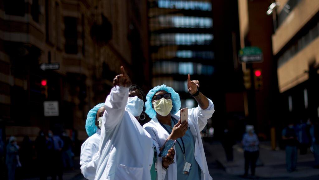Estas trabajadoras de la salud ven una demostración de la Fuerza Aérea de Estados Unidos en Filadelfia el 28 de abril de 2020, durante la pandemia del Covid-19.