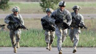 Des parachutistes américains de la 173e brigade aéroportée participent à un exercice militaire en Lituanie, en mai 2014.