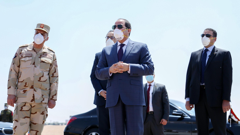 Presidente egipcio Abdel Fattah al-Sisi usando una máscara facial como medida de protección contra el nuevo coronavirus, durante una visita a la base militar Huckstep al este de la capital, El Cairo. El 7 de abril de 2020.