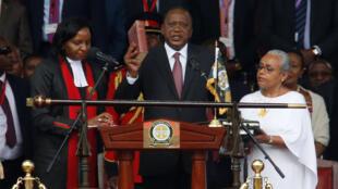 El presidente de Kenia, Uhuru Kenyatta, toma posesión de su cargo durante la ceremonia de inauguración en el estadio Kasarani en Nairobi, Kenia 28 de noviembre de 2017.