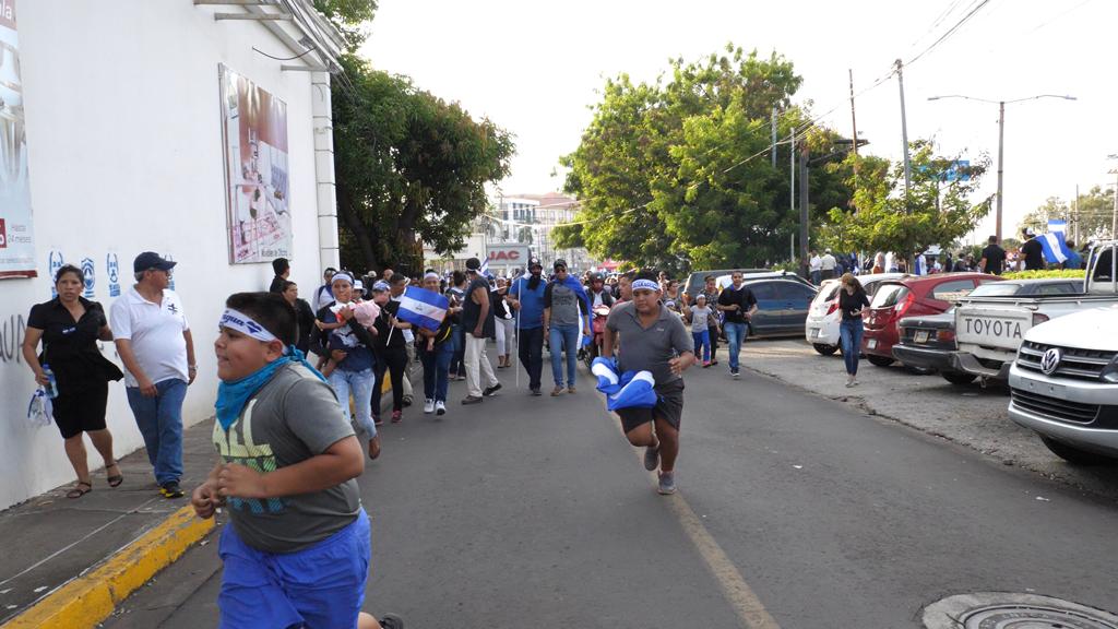 Mujeres y niños huyen de los disparos el 30 de mayo de 2018.