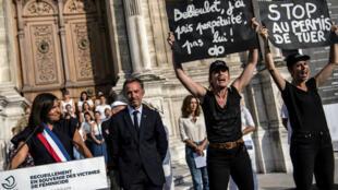 Des militantes Femen lors du discours donné par Anne Hidalgo à l'occasion du rassemblement en hommage aux victimes de féminicides, le 28 août 2019 à Paris.