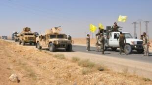آليات لعناصر مجلس دير الزور العسكري التابع لقوات سوريا الديمقراطية قرب بلدة الشدادي، على بعد حوالي 60 كلم إلى جنوب الحسكة شمال شرق سوريا، 25 آب/أغسطس 2017