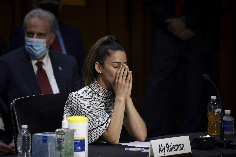 La championne olympique Aly Raisman ferme les yeux alors qu'elle écoute un témoignage devant une commission judiciaire du Sénat qui entend parler d'agression sexuelle par l'ancien médecin de l'équipe Larry Nassar