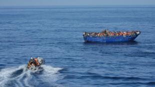 Un bateau de migrants rescapés en Méditerranée près des côtes libyennes, sauvée par les gardes-côtes espagnols, en novembre 2015..