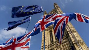 Les drapeaux du Royaume-Uni et de l'Union européenne flottant devant le Parlement, le 28 août 2019 à Londres.