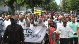 Les habitants de Mayotte protestent contre l'insécurité et l'immigration irrégulière, le 4 avril 2018.