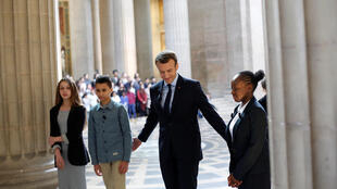 Emmanuel Macron en el panteón acompañado de escolares durante la ceremonia para conmemorar el fin de la esclavitud en Francia.