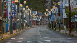 Une rue déserte de la ville de Tomioka dans la préfecture de Fukushima, au Japon, en mai 2016.