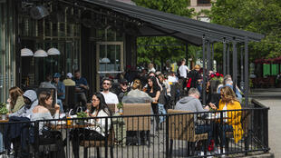 صورة مؤرخة في 29 أيار/مايو 2020 تظهر أشخاصا يجلسون في أحد مطاعم ستوكهولم