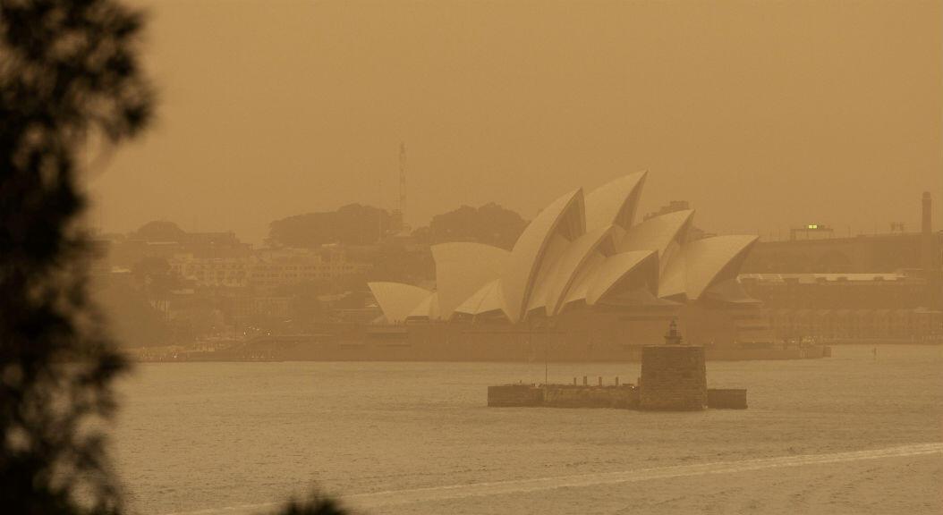 Una fuerte nube de smog se observa sobre la Ópera de Sídney, en Australia, el 12 de noviembre de 2019.