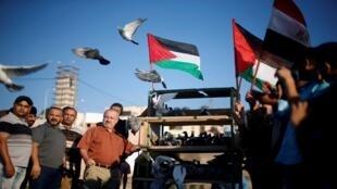 La gente libera palomas para mostrar su apoyo al acuerdo de unidad entre las facciones palestinas rivales Hamas y Fatah, en la ciudad de Gaza, 13 de octubre de 2017.
