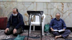 رجل يصلي مرتديا كمامة في مسجد في طهران، إيران، 30 أبريل/نيسان 2020.