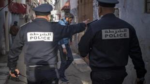 صورة أرشيفية التقطت  في 27 آذار/مارس 2020 لعنصرين من الشرطة المغربية في أحد شوارع الرباط