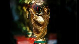 El trofeo de la Copa Mundial de la FIFA se exhibe durante el tour del Trofeo de la Copa del Mundo de la FIFA en Amman, Jordania, el 20 de febrero de 2018.