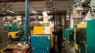 عامل فلسطيني في مصنع بلاستيك إسرائيلي قرب مستوطنة أرييل بالضفة الغربية المحتلة
