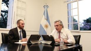 El presidente argentino Alberto Fernández (D) y el ministro de Economía Martín Guzmán, habla con la directora del FMI Kristalina Georgieva, el 20 de marzo de 2020 en Olivos, Buenos Aires
