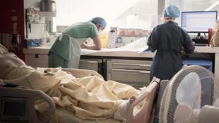 Le personnel médical s'occupe d'un patient infecté par le Covid-19 au service de soins intensifs de l'hôpital Lariboisière de l'AP-HP (Assistance publique - Hôpitaux de Paris) à Paris, le 27 avril 2020.
