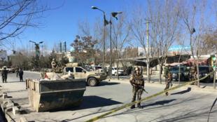 Des membres des forces de sécurité afghanes se tiennent près de l'endroit où ont eu lieu plusieurs explosions jeudi 28 décembre 2017, à Kaboul.