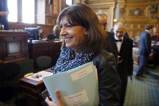 رئيسة بلدية باريس آن هيدالغو لدى وصولها مجلس باريس