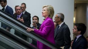Hillary Clinton et son directeur de campagne John Podesta (au second plan derrière elle).