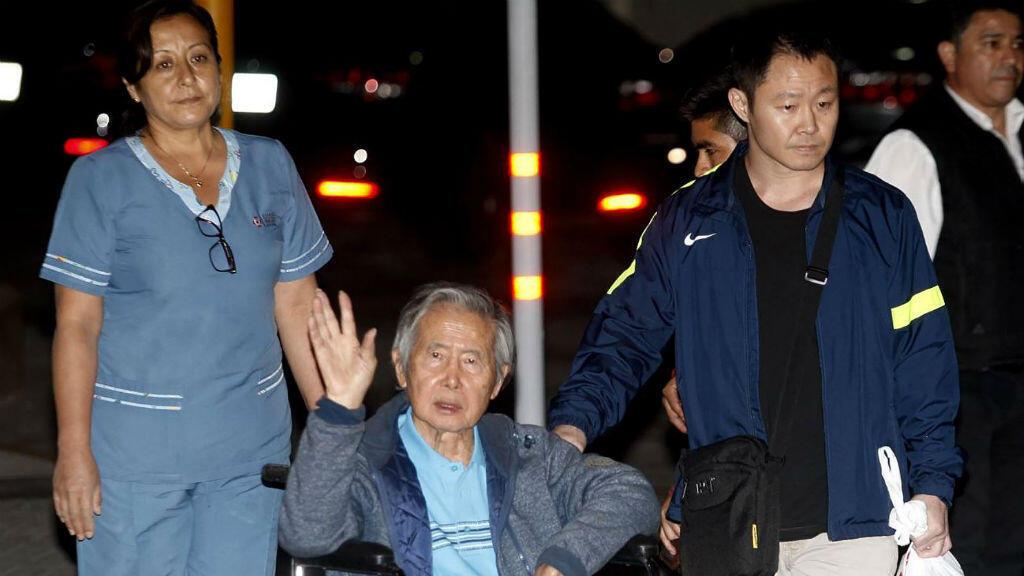 El expresidente Alberto Fujimori durante su salida de la clínica en la que permaneció internado desde el 23 de diciembre.