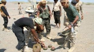 القوات الحكومية تقوم بإبطال عبوات وألغام على الطريق المؤدي إلى المخا جنوب غرب اليمن، الاثنين 23 ك2/يناير 2017