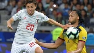 الياباني هيروكي آبي (يسار) يصارع على الكرة مع الاكوادوري ارتورو مينا خلال مباراة المنتخبين في بطولة كوبا اميركا لكرة القدم، بيلو هوريزونتي، البرازيل، في 24 حزيران/يونيو 2019