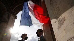Le chef de l'Etat Emmanuel Macron s'entretient avec le général Francois Lecointre, chef d'état-major des Armées, sous l'Arc de Triomphe à Paris, lors de la cérémonie commémorant le 76ème anniversaire de la Victoire du 8 mai 1945