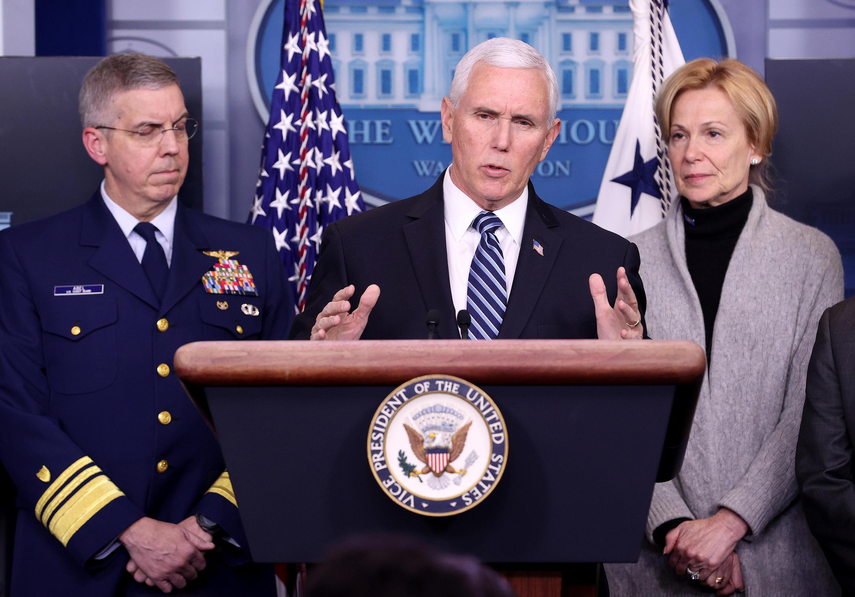 El vicepresidente de los Estados Unidos, Mike Pence, y miembros del equipo de lucha contra el Coronavirus realizan una conferencia de prensa en la Casa Blanca el 6 de marzo de 2020 en Washington, DC.