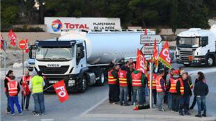 Des chauffeurs de camion bloquent l'accès à la raffinerie Total de La Mede, près de Marseille, le 25 septembre 2017.