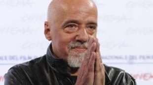 """El escritor brasileño Paulo Coelho pidió disculpas por la """"crisis de histeria de Bolsonaro""""."""