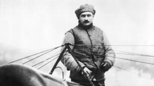 Roland Garros pose avec son avion, après avoir réalisé la traversée de la Méditerranée en septembre 1913.